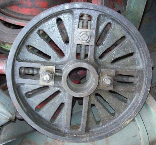 diametro: 43 cm <br/>furo central: 2 1/2 pol <br/>utilizada em tornos <br/>estado: usada