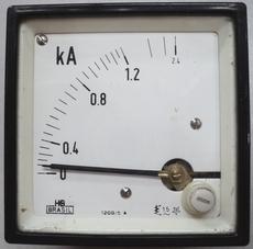 Amperímetro (escala: 2,4kAMP)