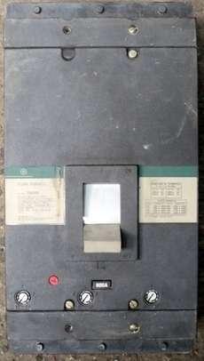 Disjuntor (modelo: 800A)